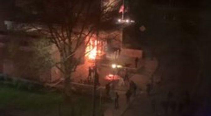 Sostenitori ONG incendiano edificio polizia di frontiera con gli agenti dentro – VIDEO