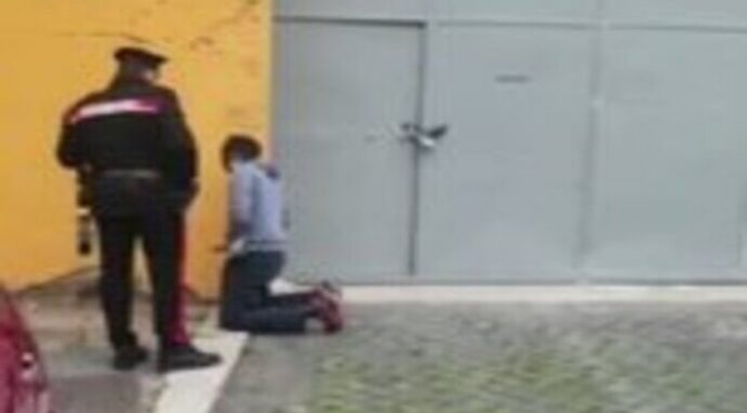 Africano piscia per strada: donne lo gonfiano di botte a Roma – VIDEO