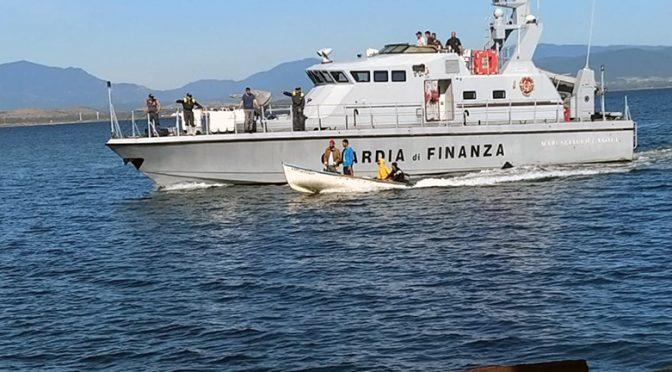 Guardate come scortano in Italia gli invasori islamici – FOTO