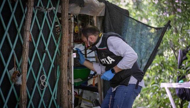 Lo stupratore africano della cuoca nascosto in una baracca fuori scuola: da lì ha scelto la preda