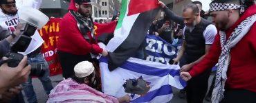 Islamici scatenati: bandiere di Israele bruciate – VIDEO