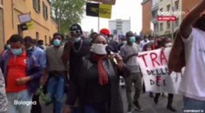 """AFRICANI MARCIANO SU BOLOGNA: """"DOVETE DARCI LE VOSTRE CASE"""" – VIDEO"""