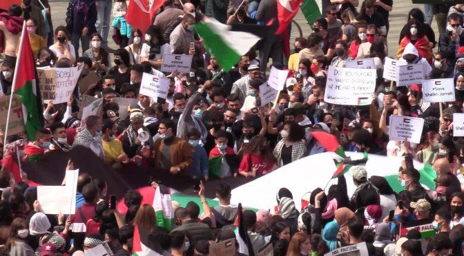 Migliaia manifestano in tutta Italia contro Israele: islamici, donne velate e centri sociali insieme – VIDEO