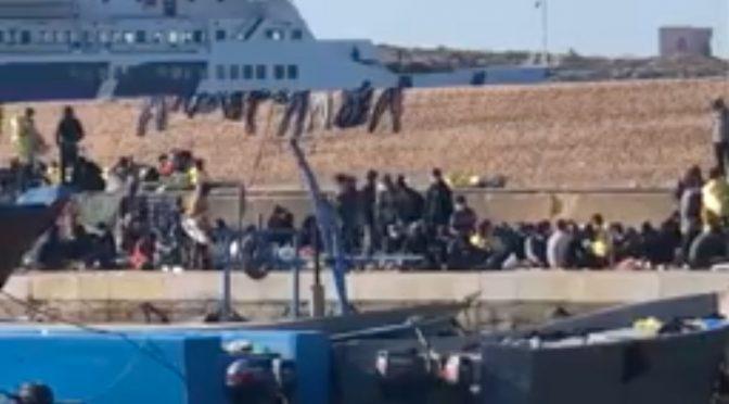 VENTI BARCONI SI ABBATTONO SU LAMPEDUSA: E' UN'INVASIONE MIGLIAIA ISLAMICI INFETTI ACCAMPATI SULL'ISOLA – VIDEO