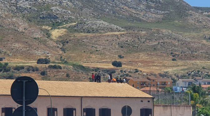 Migranti insoddisfatti salgono sul tetto del resort di lusso – FOTO