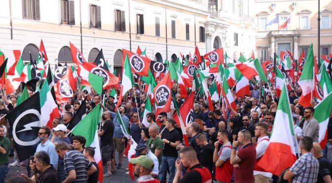 Tremila tricolori sventolati dai patrioti si prendono la piazza di Roma
