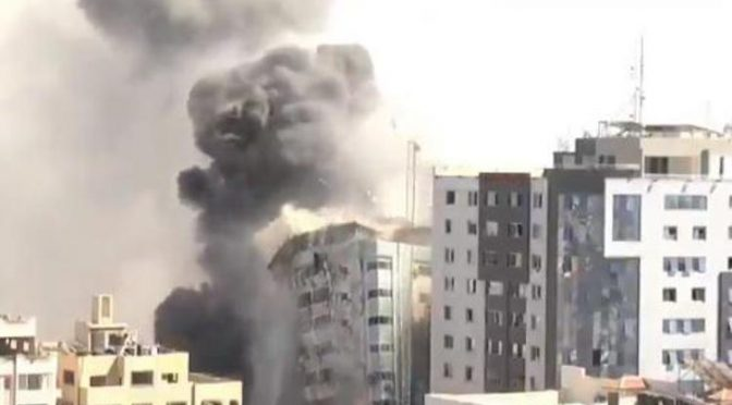 Israele bombarda la sede di Al Jazeera a Gaza: SBRICIOLATA – VIDEO