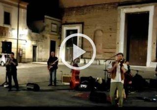 PD, cantano Bella ciao sul sagrato della chiesa: prete li caccia