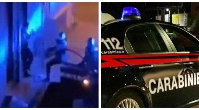 Viola il coprifuoco, ragazzo preso a calci da carabiniere – VIDEO