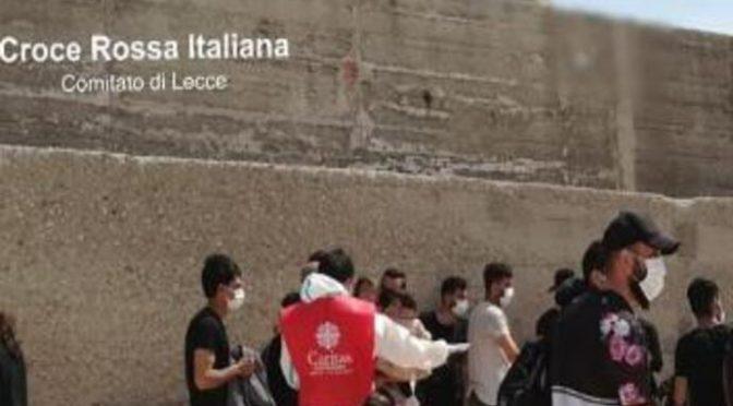 Assalto all'Italia: sbarcano 60 invasori anche in Puglia, Caritas va subito a scegliersi i clienti – FOTO