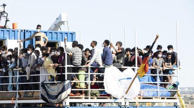 Variante indiana: 200 bengalesi sbarcati in Calabria – VIDEO