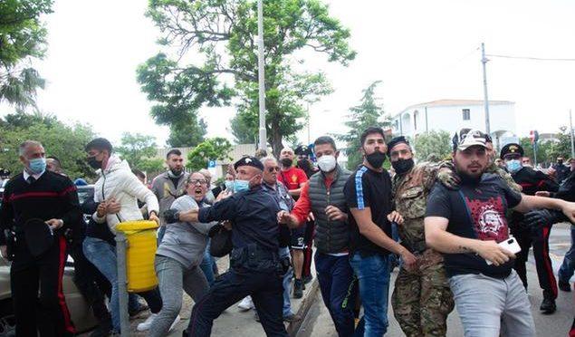 Folla inferocita assalta l'omicida pakistano per ucciderlo: botte anche ai carabinieri che lo difendono – VIDEO