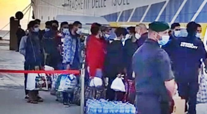 Lamorgese agente viaggi degli scafisti: 1.000 clandestini a Lampedusa, allertate navi crociera