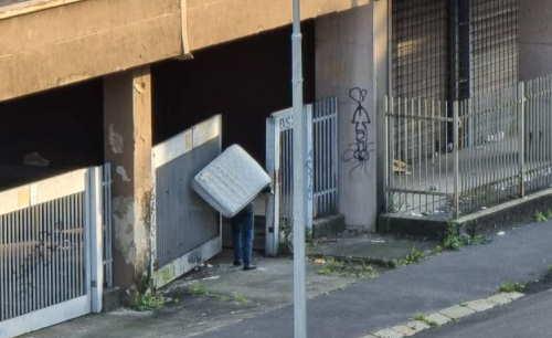 I rom si prendono le case degli italiani: 'traslochi' materassi in spalla