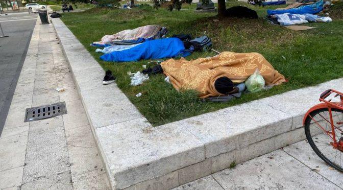 Milano, Stazione centrale assediata da immigrati che vogliono pagarci le pensioni – FOTO