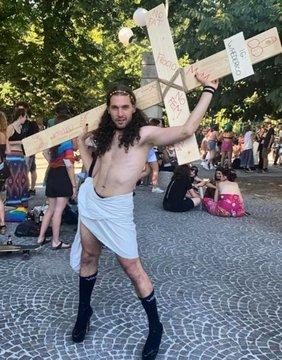 Attivisti gay insistono: Gesù avrebbe sfilato al GayPride