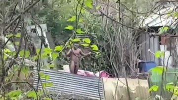 Africani nudi a Milano: aggrediscono chi cerca di coprirli – VIDEO CHOC