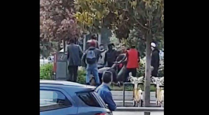Branco di africani massacra di botte un uomo a Milano – VIDEO CHOC