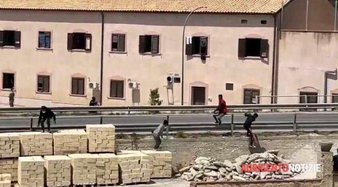 """46 tunisini fuggono da quarantena in resort di lusso, poliziotti: """"Ordine è di non fermarli"""""""