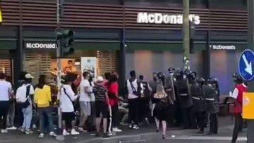 """I carabinieri non si inginocchiano: """"Ci hanno manganellati e chiamati negri"""" – VIDEO"""