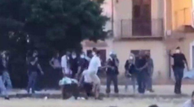 Abusivi spaccano bottiglia in testa a poliziotto: accerchiati e aggrediti – VIDEO