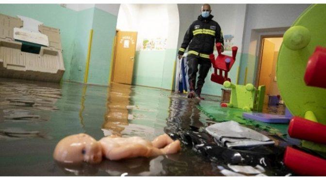 Roma, basta un nubifragio e sembra uno tsunami: 40 bambini salvati dai vigili – VIDEO