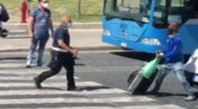 Africano prende a cinghiate poliziotto e blocca il traffico – VIDEO CHOC