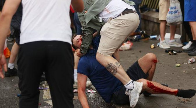 Vittoria a Wembley, hooligans 'antirazzisti' attaccano tifosi italiani – VIDEO