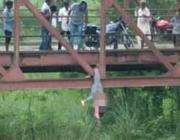 Uccisa dai parenti a 17 anni perché indossava i jeans: cadavere appeso ad un ponte