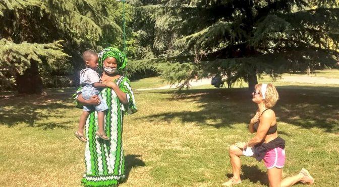 Buonista si inginocchia davanti africana: l'antirazzismo è una patologia mentale – FOTO