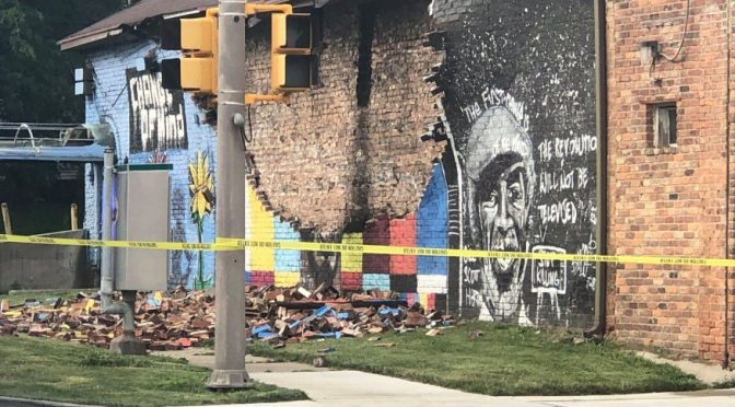Dio è un poliziotto bianco: fulmine distrugge murale Floyd – FOTO