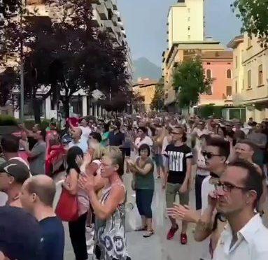 """Cittadini assediano sede RAI: """"Terroristi!"""" – VIDEO"""