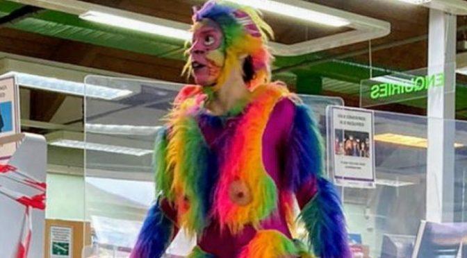 Scimmia arcobaleno con pene di plastica si esibisce davanti ai bambini: fermato solo dopo proteste islamiche
