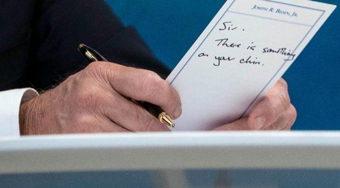 "Biden sbava: ""Presidente, ha qualcosa sul mento"" – Video"