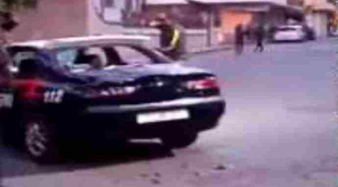 """MIGRANTE DISTRUGGE AUTO E ATTACCA CARABINIERI : """"NON POTETE ARRESTARMI"""""""