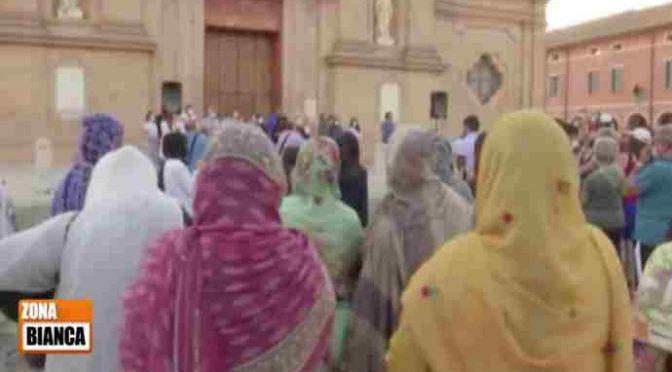 Con la scusa di Saman i musulmani pregano Allah davanti alla chiesa – VIDEO