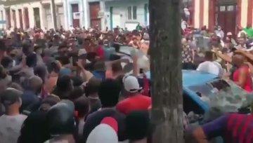 Rivolta a cuba contro il regime: linciato funzionario comunista – VIDEO