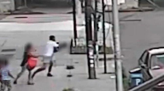 New York, tenta di rapire bimbo: madre lo salva tirandolo fuori dall'auto – Video