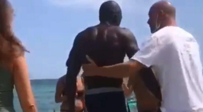 """Negro armato di mazza terrorizza bagnanti: """"TI FACCIO FUORI""""  – VIDEO"""