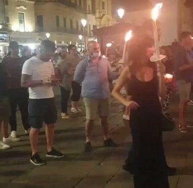 Fiaccolate spontanee in memoria di De Donno – VIDEO