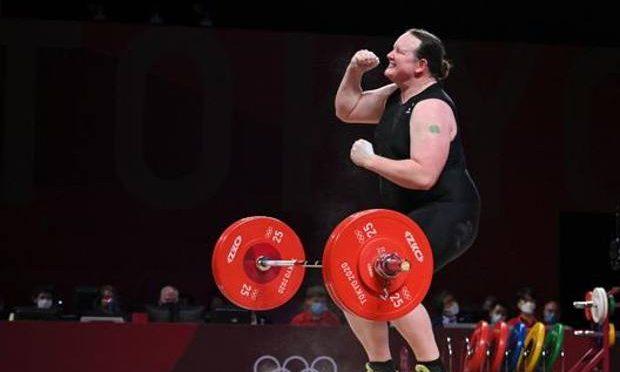 Olimpiadi, il trans Hubbard non vince nemmeno tra le donne: eliminato lo scarsone che si finge donna