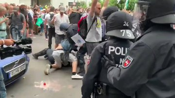 La polizia di Merkel massacra i cittadini che protestano – VIDEO CHOC