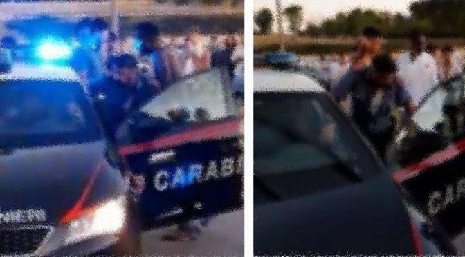 IMMIGRATI ASSALTANO AUTO CARABINIERI, ACCOLTELLAMENTI E VIOLENZE – VIDEO CHOC