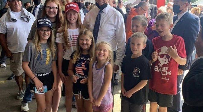 Biden deriso dai bambini: nella foto sono tutti per Trump