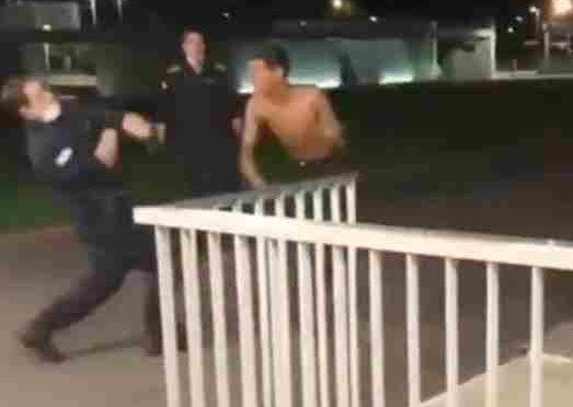 Migrante prende a pugni agenti all'ospedale: non lo abbattono – VIDEO