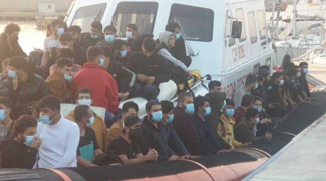 Traffico criminale: scafisti li scaricano a Lampedusa e Lamorgese li ricolloca a casa vostra