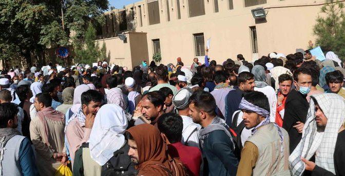 Ecco i 5mila bambini evacuati dall'Afghanistan: ora sono tutti in hotel di lusso italiani – FOTO
