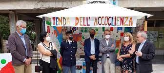 """Cittadini in rivolta bruciano la """"tenda dell'accoglienza"""" nell'isola degli sbarchi 🔥, la pazienza è finita"""
