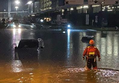 Piove a Milano, gommoni per salvare automobilisti intrappolati dall'acqua a Malpensa – VIDEO