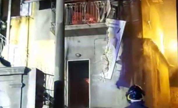 Danno fuoco alla casa del nigeriano per liberarla: brucia tutta – FOTO 🔥
